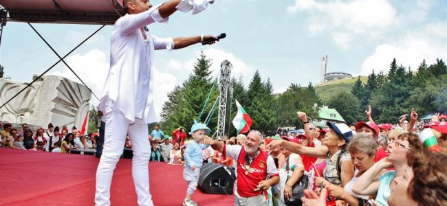 Георги Христов танцува хоро на Бузлуджа, 60 000 пяха с него