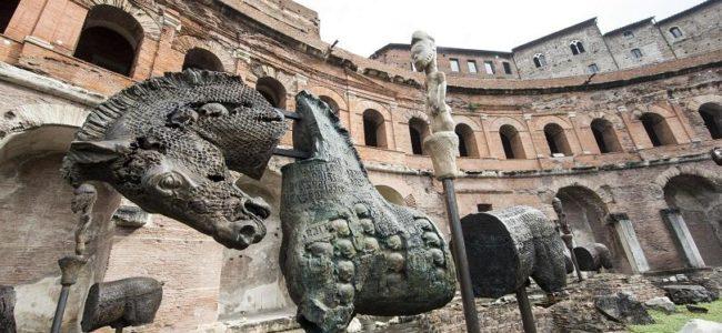 Рим е украсен с конни скулптури