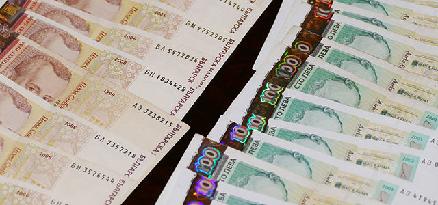 Кешовите разплащания продължават да са с таван от 10 000 лева