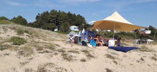 Незаконен къмпинг на плажа Корал, спират им тока и водата