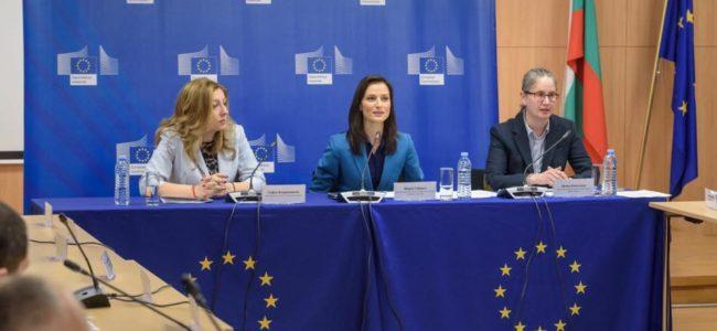 Българският еврокомисар: Медийната грамотност е ключова в борбата с фалшивите новини