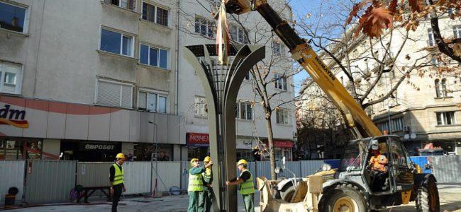 Монтират новата украса на пл. Славейков в София