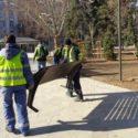 Монтират новите пейки в градинката на Кристал
