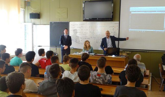 Вицепремиерът Николова посети гимназията по компютърни технологии и системи в Правец
